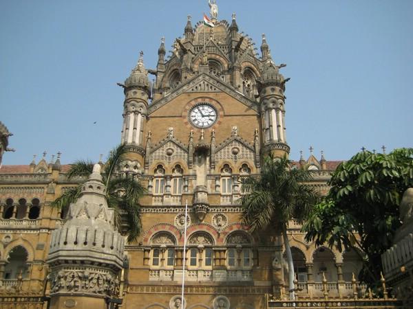 Железнодорожный вокзал Чхатрапати-Шиваджи построен в неоготическом стиле.