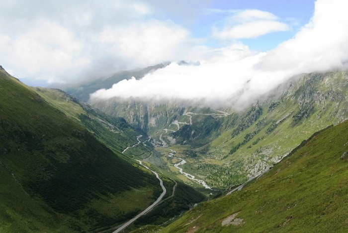 Горный серпантин перевала Furka Pass (Альпы, Швейцария).