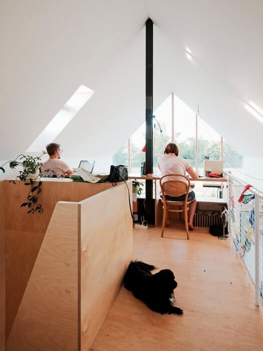 На втором уровне имеется светлый кабинет (IST, Словакия).   Фото: formagramma.com.