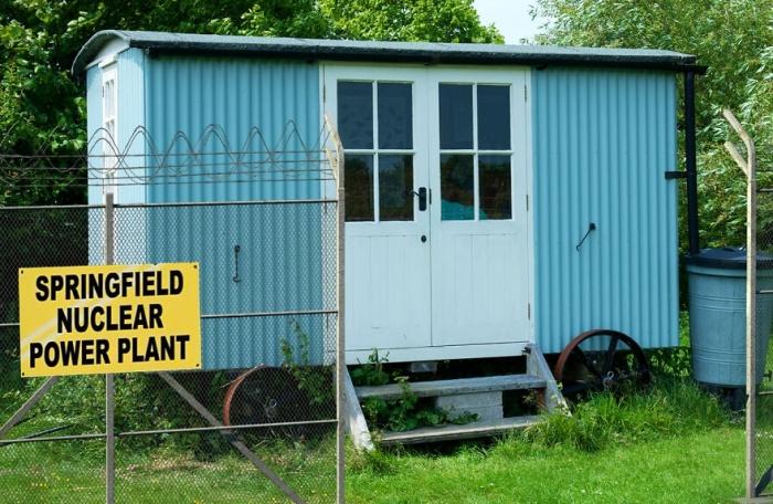 Внешний вид садового домика Mr. Burns' Office предупреждает прохожих об опасности.   Фото: revistacasaejardim.globo.com.