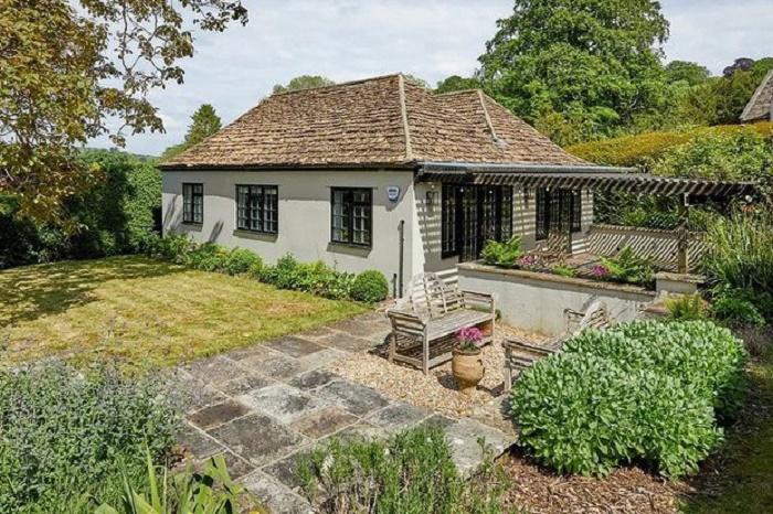 В отдельном коттедже обустроено две гостевых резиденции (Compton Bassett House, Великобритания). | Фото: homesandgardens.com.