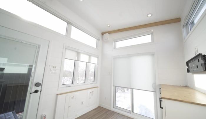 Окна и стеклянные двери оснащены автоматическими роллетными шторами (Magnolia V8). | Фото: © Minimaliste Houses.