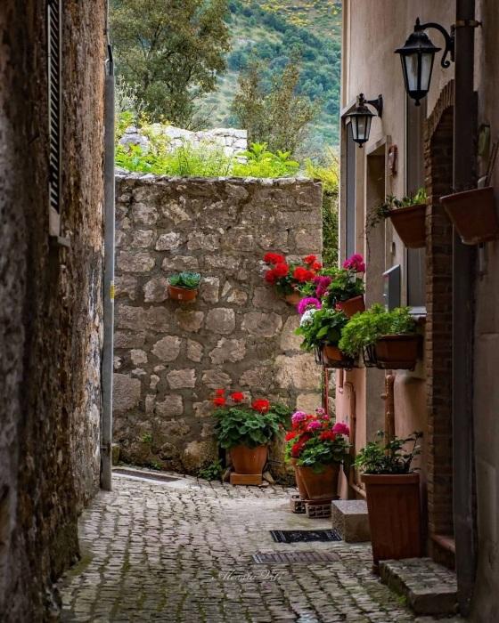 Ухоженные дома видно сразу, но желающим приобрести дом за 1 евро такие апартаменты точно не достанутся (Maenza, Италия). | Фото: photosgrams.com.