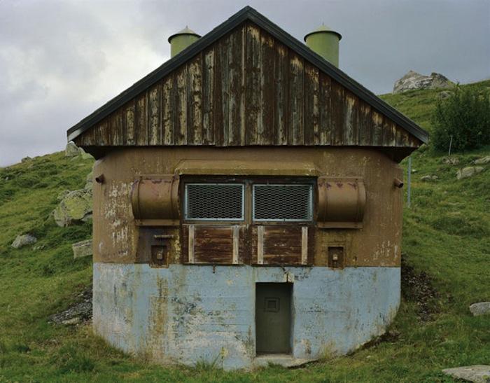 Только необычные выступающие элементы на фасаде шале могут вызвать подозрение, но их увидеть можно только с близкого расстояния (Fake Chalets, Швейцария). | Фото: derkleineunterschied.ch.