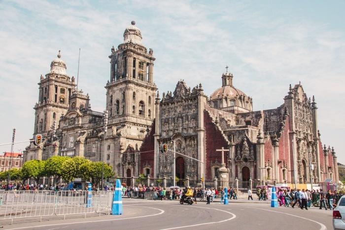 Кафедральный собор Успения Пресвятой Девы Марии – самая ценная достопримечательность исторического центра Мехико (Мексика).   Фото: havecamerawilltravel.com.