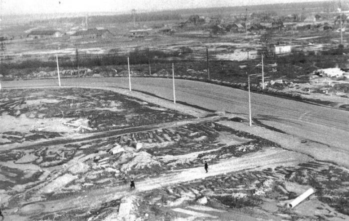 В деревне Кудрово в 1958 г. проживало лишь 307 человек (снимок 1974 г., окраина улицы Дыбенко). | Фото: etoretro.ru.