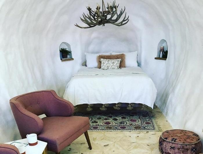 Спальная зона в мини отеле Big Idaho Potato Hotel.   Фото: twentytwowords.com.