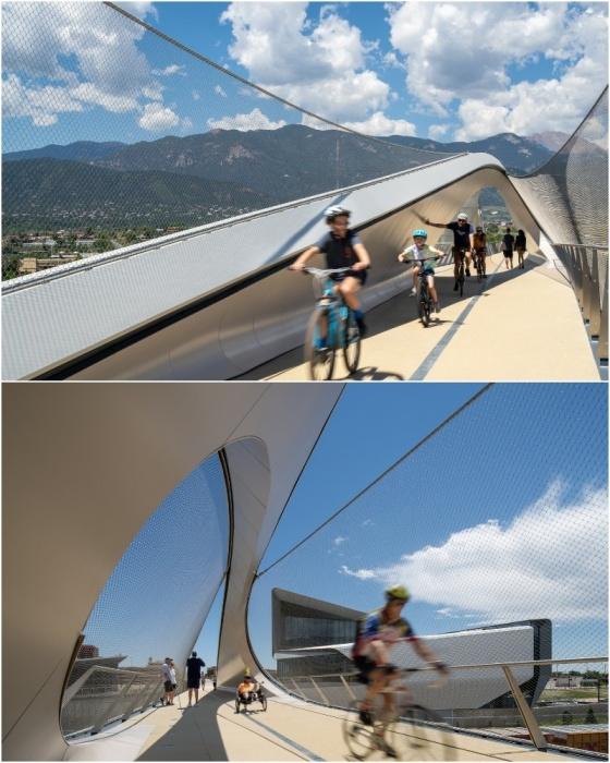 Широкое пешеходное полотно позволяет двигаться и на велосипедах, и на инвалидных колясках (Park Union Bridge, Колорадо-Спрингс).
