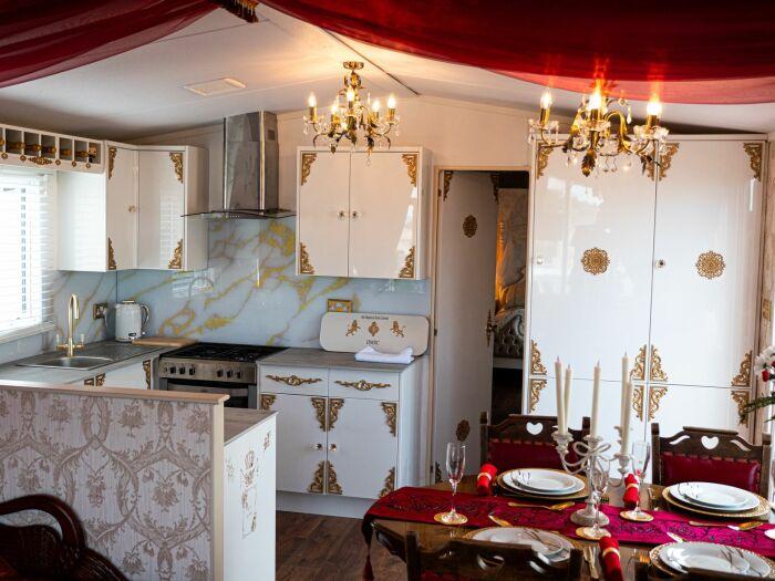 Современная кухня позволит приготовить свою любимые блюда, не покидая королевские апартаменты (Royal Caravan, Великобритания). | Фото: frommers.com.