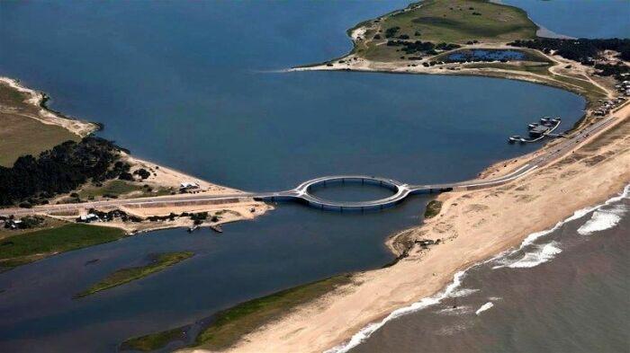 Laguna Garzon Bridge органично интегрирован в живописный пейзаж побережья Атлантического океана (Уругвай). | Фото: commons.wikimedia.org.