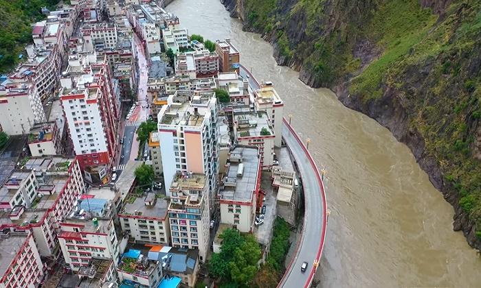 Малейший дождь превращает скромную речушку в бурлящий поток, несущийся с огромной скоростью (Яньцзинь, Китай). | Фото: © Guizhou Li Jun.