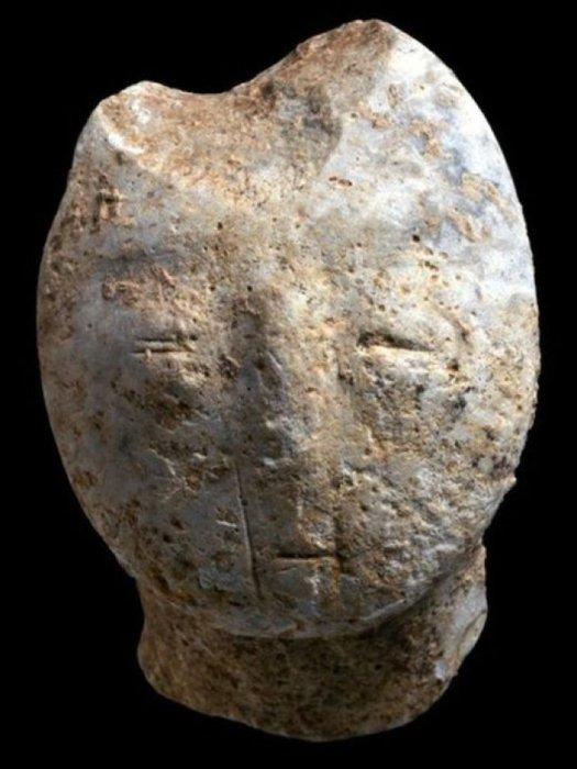 Резная человеческая фигурка, найденная на раскопках в древнем городе возле Motza (Израиль). | Фото: sciencealert.com.