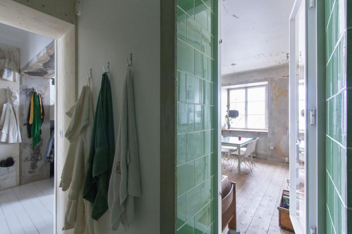 Ванная комната становится связующим звеном между двумя зонами квартиры, имеющим разное стилевое оформление. | Фото: plataformaarquitectura.cl.