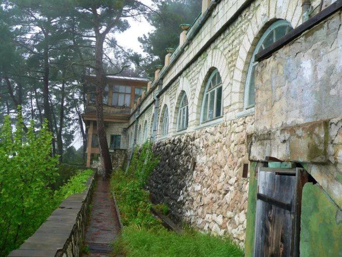 Дача «Холодная речка» была построена в 1932—1933 гг. на склоне горы на высоте около 200 метров над уровнем моря (Абхазия). | Фото: diletant.media.
