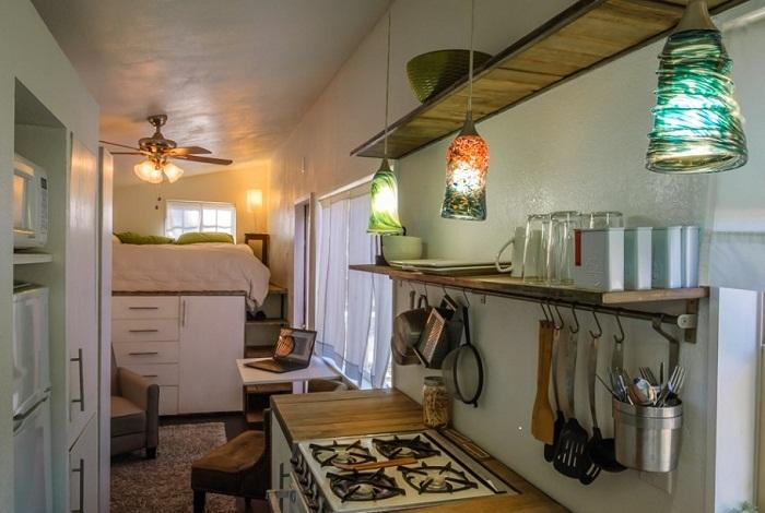 Полки и крепления над плитой позволяют расположить посуду и все необходимые кухонные принадлежности.