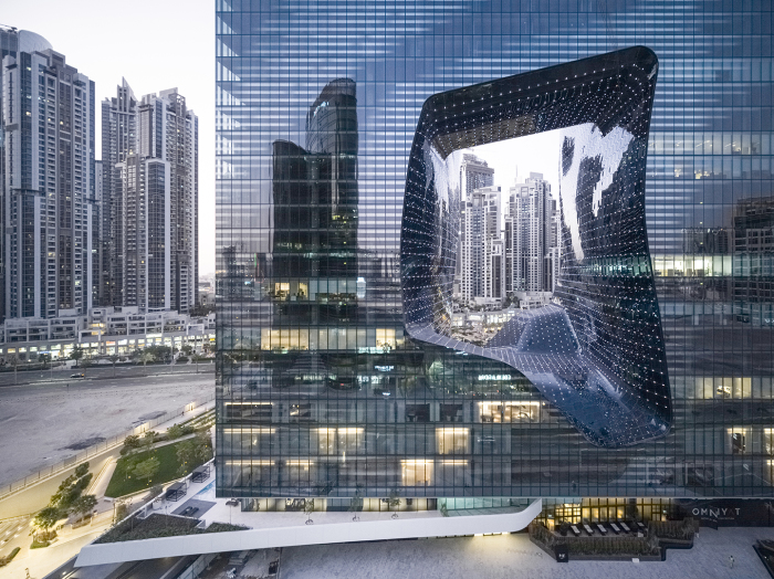 Стеклянный фасад «The Opus» покрыт особым составом оксидов металлов, чтобы солнечные лучи не нагревали воздух внутри помещения (Дубай). | Фото: zaha-hadid.com/ © Laurian Ghinitoiu.