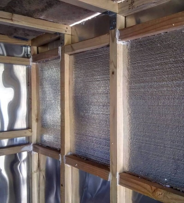 С помощью фольгированного пенофола утеплили стены и потолок. | Фото: boredpanda.com.
