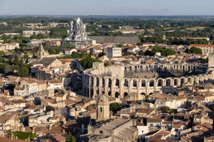Основание Центра искусств повторяет очертания древнеримского амфитеатра Алискамп, расположенного в исторической части города (Parc des Ateliers, Франция).   Фото: lakhtacenter.livejournal.com.