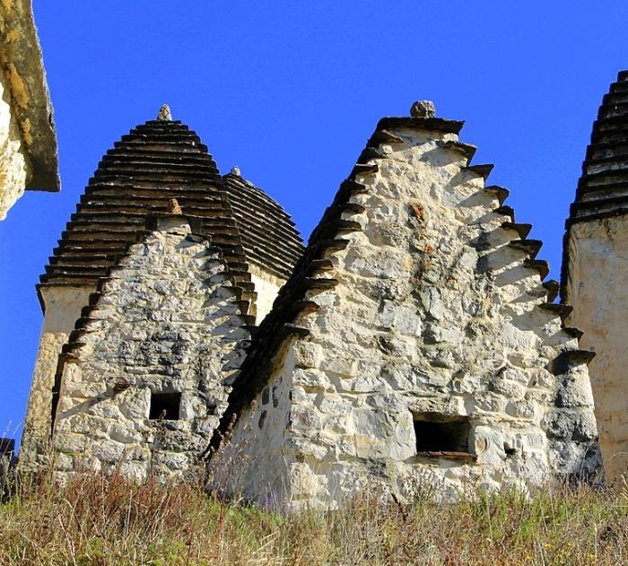 Усыпальницы с двухскатной крышей строили семьи со средним достатком. | Фото: annataliya.livejournal.com.