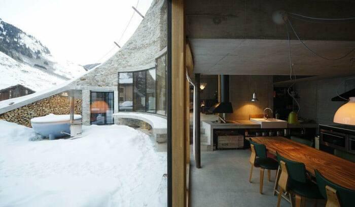 Зимой поплескаться в теплой водичке точно не удастся, а вот подышать свежим воздухом получится (Villa Vals, Швейцария).   Фото: lapassionediarredare.it.