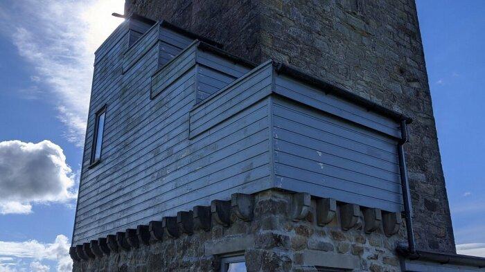 Серого цвета пристройка испортила историческую достопримечательность (Caldwell Tower, Folly). | Фото: domiporta.pl.