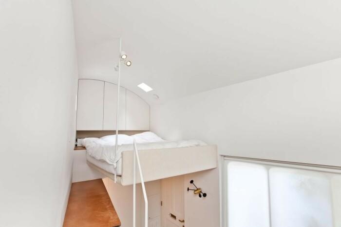 Благодаря высоте потолков удалось обустроить спальню на втором уровне (Ричмонд-авеню, Лондон). | Фото: epocanegocios.globo.com.