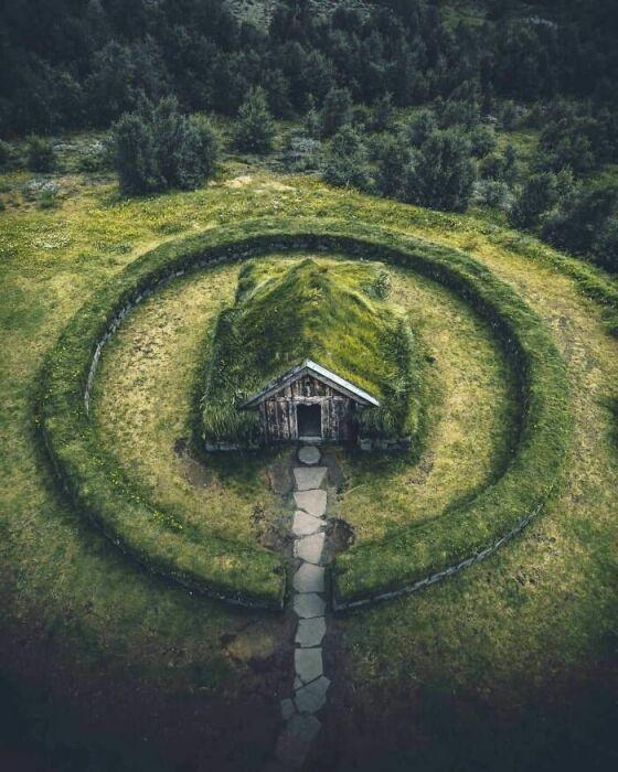 Потрясающий старинный дом среди суровой природы Исландии тоже может стать уединенным убежищем для интровертов. | Фото: boredpanda.com.
