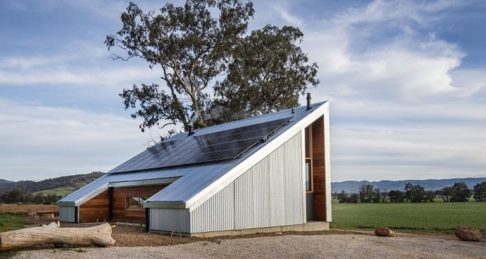 «Хижина Готорна» полностью автономна, ведь на крыше имеются солнечные панели, а рядом спрятаны емкости для воды (Gawthornes Hut, Австралия).   Фото: mudgeeguardian.com.au.
