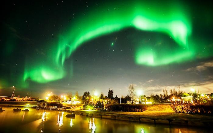 Каждую зиму толпы туристов устремляются в Исландию посмотреть Северное сияние (Рейкьявик).