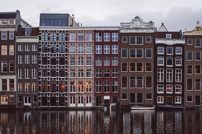 Даже на прогулке по воде можно разглядывать интерьеры квартир, расположенные на нижних этажах. | Фото: photo-paradise.info.