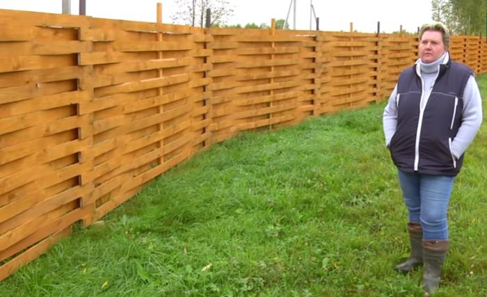 Инна Крылова – многодетная мама, которая строительством дома и облагораживанием участка занимается сама. | Фото: youtube.com/ © FORUMHOUSE.