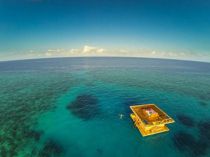 Маленький остров превратили в плавающий отель (Занзибар).