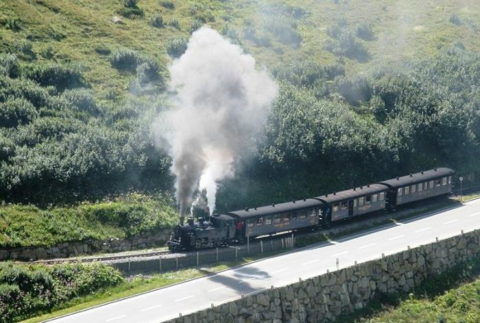 Около века назад было проведено две ветки железной дороги, по ним до сих пор курсируют паровозы (Альпы, Швейцария).