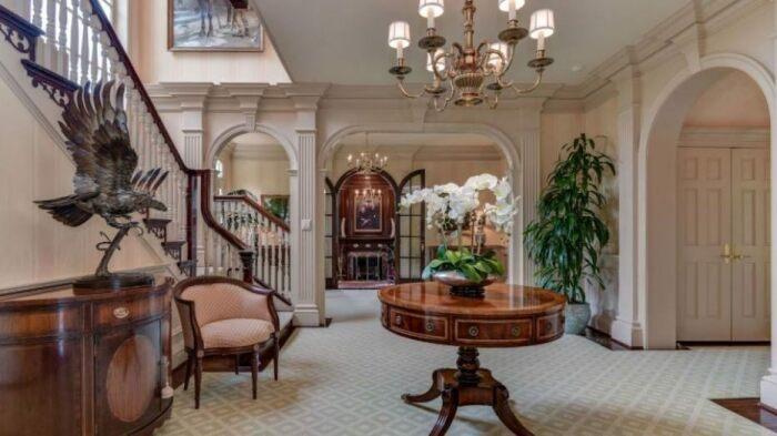 Арки и колонны украшают холл и гостиную роскошного особняка в Мэриленде на Round Hill (Мэриленд, США). | Фото: lemurov.net/ dailymail.co.uk.