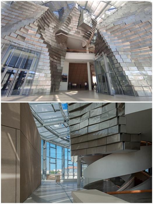 Внутреннее пространство культурного центра подстать экстерьеру (Parc des Ateliers, Франция).
