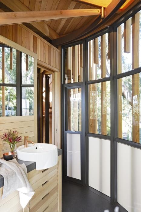 В домике на дереве имеется благоустроенная ванная комната (Treehouse Paarman, Кейптаун). | Фото: mymodernmet.com.