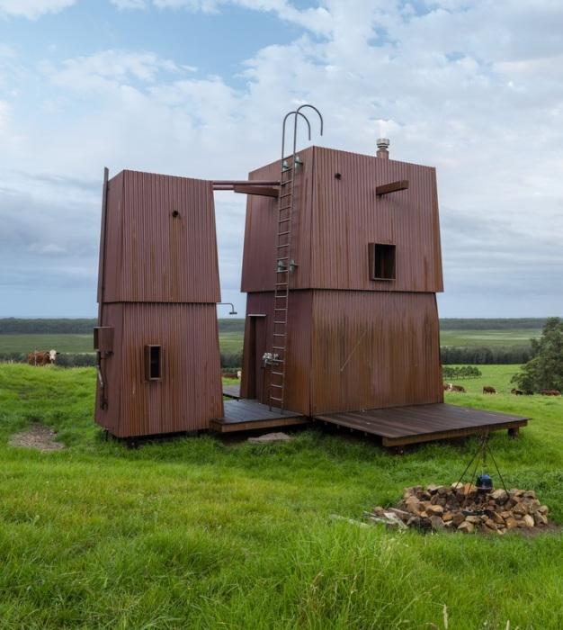 Лестница, ведущая на крышу домиков, является еще и громоотводом (Permanent Camping-2, Австралия). | Фото: builtworks.com.au.