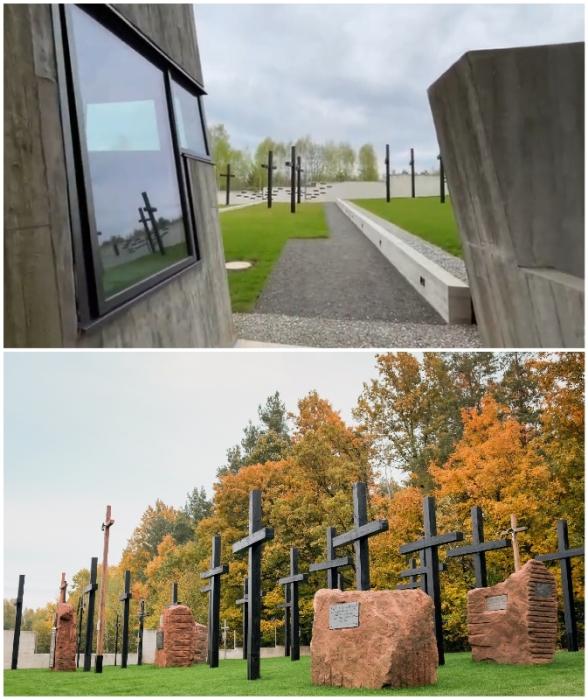 Из некоторых «разломов» есть выход на территорию мемориального комплекса, усеянную массивными деревянными крестами и камнями с памятными табличками (Mauzoleum Martyrologii Wsi Polskich, Михнев).