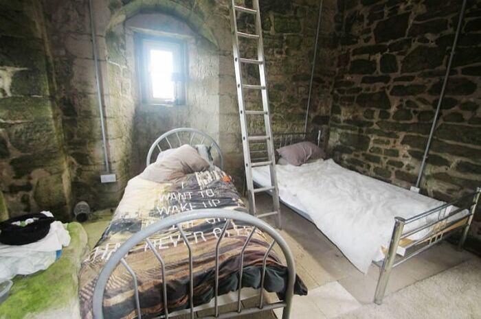 Интерьер спальной комнаты, которую пытались представить, как отельный номер (Caldwell Tower, Folly). | Фото: uniquepropertybulletin.co.uk.