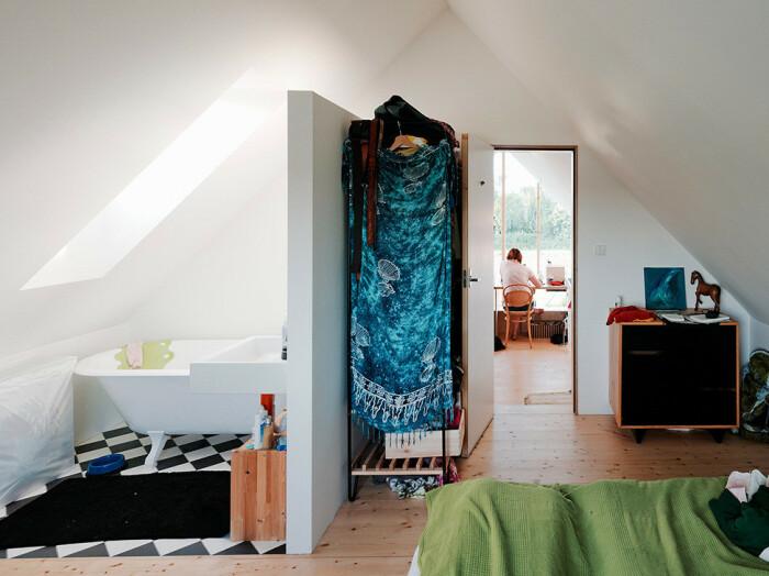 Ванна на ножках в спальной комнате – мечта для многих современных людей (IST, Словакия).   Фото: jrkvc.sk.