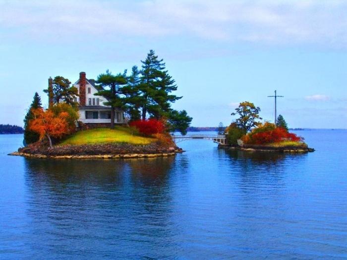 Из множества домиков на реке Святого Лаврентия каждый сможет найти остров своей мечты (архипелаг Тысяча островов, Канада). | Фото: designerdreamhomes.ru.