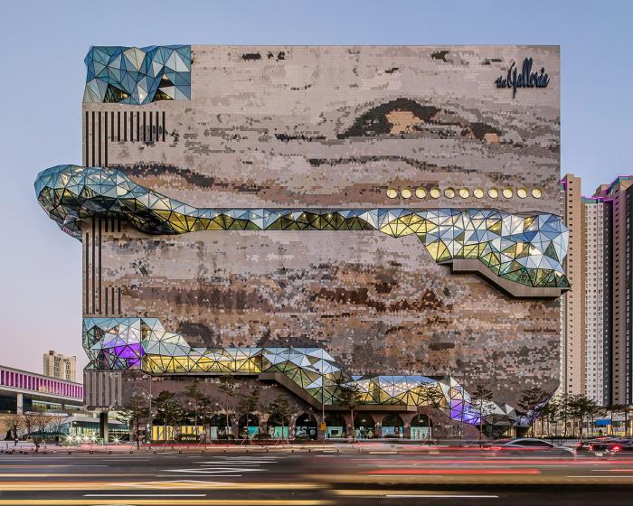 Стеклянная галерея начинается с земли и дважды выходит за пределы фасада здания. | Фото: plataformaarquitectura.cl/ © Hong Sung Jun, OMA.