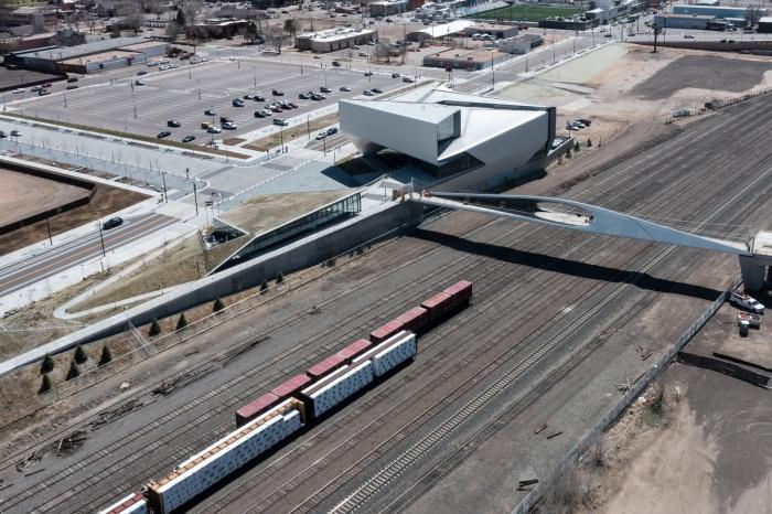 Понадобилось всего 8 часов, чтобы установить Park Union Bridge над железнодорожным полотном (Колорадо-Спрингс, США). | Фото: coloradosprings.gov.