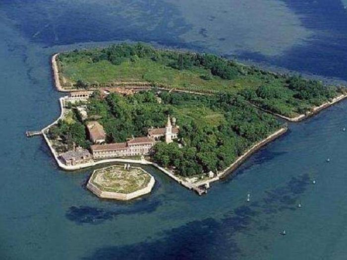 Невероятно красивый остров Poveglia с ужасающей историей.
