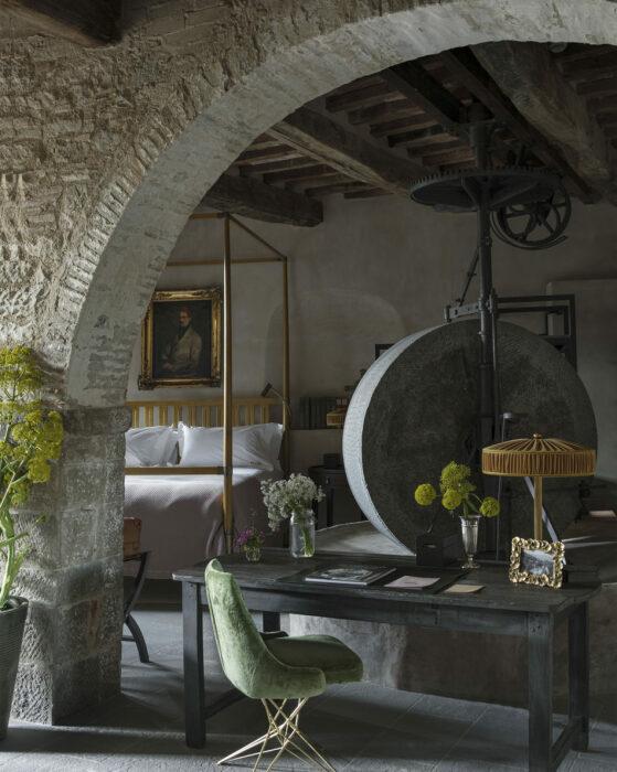 Старинный пресс для оливкового масла настолько колоритный, что стал украшением одного из номеров гостиницы (Castello Di Reschio Hotel, Италия). | Фото: reschio.com.