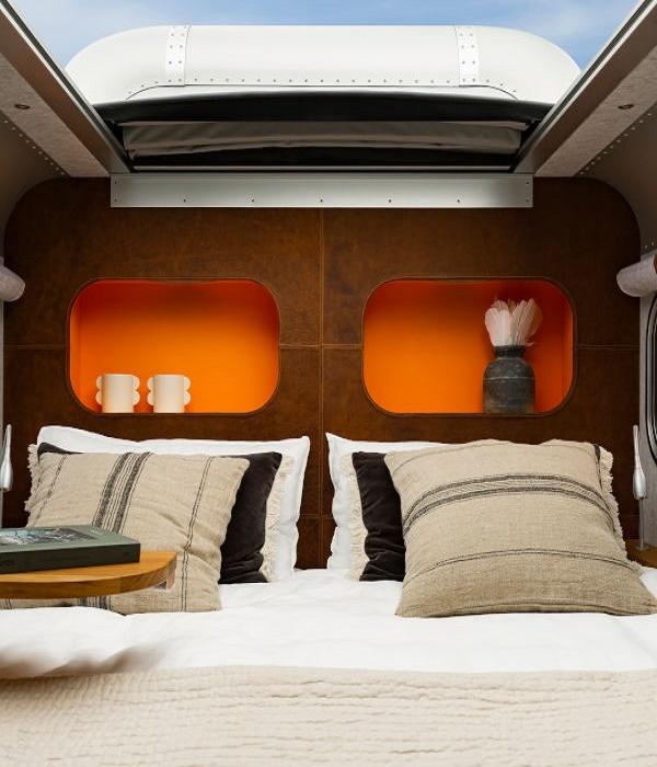 Выдвижной столик можно использовать и в качестве рабочей зоны, и для организации завтрака в постель (автодом Lume Nordic-LT540).   Фото: lumetraveler.com.