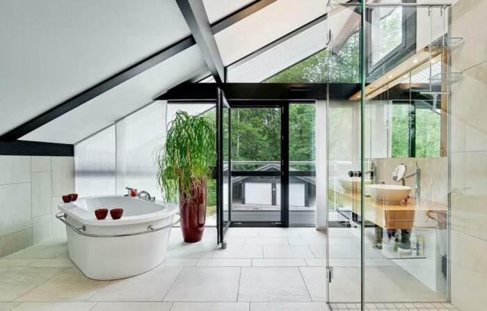 Ванная комната на мансардном этаже – самый вдохновляющий и расслабляющий уголок роскошного особняка (Кобхэм, Великобритания).   Фото: adriboschmagazine.wordpress.com.