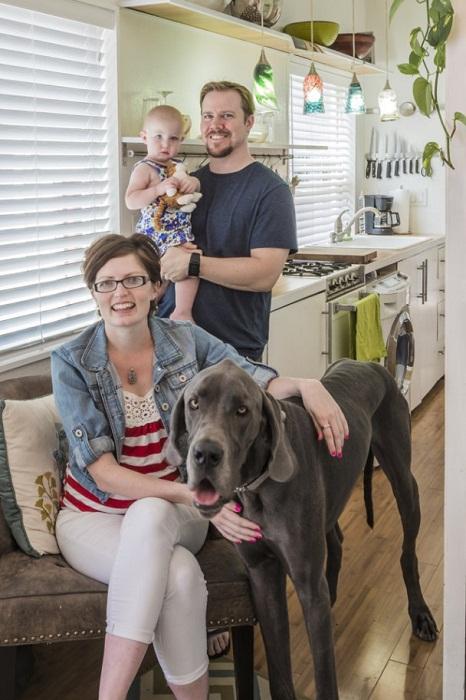 Мейси со своей семьей и верным псом.