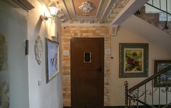 Эксклюзивно оформленное пространство вокруг двери делает каждый этаж неповторимым .