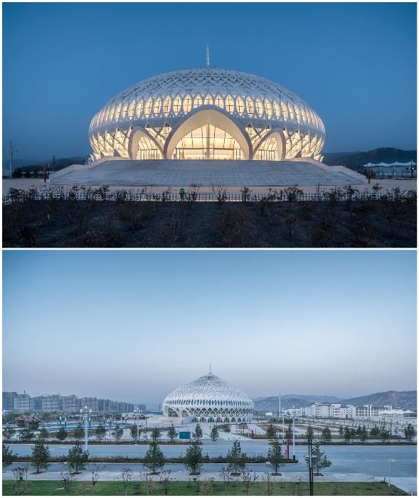 На главной площади города Линься появился волшебной красоты театр (Linxia Grand Theater, Китай).